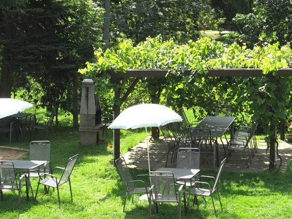 Jižní Morava - penziony - Penzion ve Vranově - zahrada penzionu s posezením